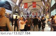 Купить «Продавцы, покупатели и туристы в помещениях Гранд Базара в Стамбуле», видеоролик № 13027184, снято 26 октября 2015 г. (c) Наталья Волкова / Фотобанк Лори