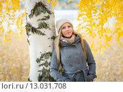 Девушка в вязаной шапке и сером пальто стоит около березы осенью. Стоковое фото, фотограф Petri Jauhiainen / Фотобанк Лори