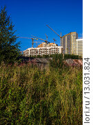 Новый район. Старые деревянные дома на фоне современных многоэтажек. Стоковое фото, фотограф Виктор Колдунов / Фотобанк Лори
