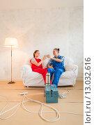 Ремонт в квартире, мужчина и женщина в рабочей одежде пьют чай на диване. Стоковое фото, фотограф Petri Jauhiainen / Фотобанк Лори