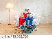 Молодая пара выбирает цветовую гамму для ремонта в квартире. Стоковое фото, фотограф Petri Jauhiainen / Фотобанк Лори