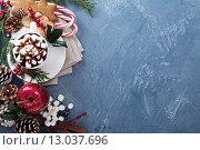 Купить «Горячий шоколад в чашке с зефиром и рождественские украшения», фото № 13037696, снято 3 ноября 2015 г. (c) Елена Веселова / Фотобанк Лори
