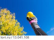 Женская рука с гирей на фоне неба. Стоковое фото, фотограф Petri Jauhiainen / Фотобанк Лори