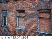 Заложенные кирпичами окна (2015 год). Стоковое фото, фотограф Дмитрий Степанов / Фотобанк Лори