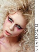 Купить «Портрет молодой женщины-блондинки с вьющимися волосами и ярким макияжем», фото № 13042192, снято 7 апреля 2015 г. (c) Людмила Дутко / Фотобанк Лори