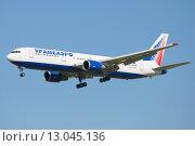 Самолет Boeing 767-300 (EI-UNA) компании Трансаэро перед посадкой в аэропорту Пулково (2015 год). Редакционное фото, фотограф Виктор Карасев / Фотобанк Лори