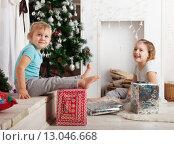 Купить «Девочки возле новогодней елки с подарками», фото № 13046668, снято 26 января 2015 г. (c) Дарья Филимонова / Фотобанк Лори