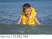 Мальчик купается в море (2015 год). Редакционное фото, фотограф Эдуард Пиолий / Фотобанк Лори