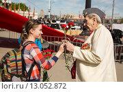 Купить «Девушка поздравляет ветерана с Днем Победы. 9 мая 2015 года», эксклюзивное фото № 13052872, снято 9 мая 2015 г. (c) Михаил Ворожцов / Фотобанк Лори