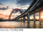 Купить «Живописный мост The bridge in the form of a horseshoe», фото № 13062688, снято 29 августа 2015 г. (c) Baturina Yuliya / Фотобанк Лори