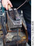 Купить «Кузнец кует железо в кузне», фото № 13063408, снято 24 ноября 2012 г. (c) Швайгерт Екатерина / Фотобанк Лори