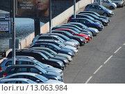 Купить «Плотно припаркованные машины на Якиманской набережной в Москве», эксклюзивное фото № 13063984, снято 19 июля 2010 г. (c) lana1501 / Фотобанк Лори
