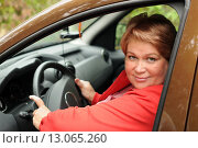 Купить «Женщина за рулем автомобиля», эксклюзивное фото № 13065260, снято 25 августа 2013 г. (c) Юрий Морозов / Фотобанк Лори