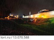 Купить «Дождливая ночь около Кремля в Великом Новгороде», фото № 13070588, снято 21 марта 2019 г. (c) Зезелина Марина / Фотобанк Лори