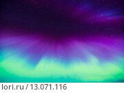 Яркое красочное северное сияние на ночном небе. Стоковое фото, фотограф Petri Jauhiainen / Фотобанк Лори