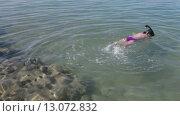 Купить «Ребенок плавает на поверхности моря в маске с трубкой», видеоролик № 13072832, снято 16 ноября 2015 г. (c) Кекяляйнен Андрей / Фотобанк Лори