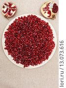 Семечки граната на тарелке на столе. Стоковое фото, фотограф Виктор Колдунов / Фотобанк Лори