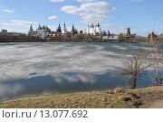 Купить «Измайловский кремль и Серебряно-Виноградный пруд в Москве весной», эксклюзивное фото № 13077692, снято 22 апреля 2013 г. (c) lana1501 / Фотобанк Лори