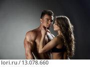 Влюбленная женщина восхищается сексуальным загорелым культуристом. Стоковое фото, фотограф Гурьянов Андрей / Фотобанк Лори