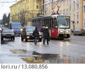 Купить «Посадка пассажиров в трамвай на остановке на Первомайской улице в Москве», эксклюзивное фото № 13080856, снято 6 апреля 2013 г. (c) lana1501 / Фотобанк Лори