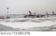Купить «Самолеты в аэропорту», видеоролик № 13082076, снято 5 марта 2015 г. (c) Курганов Александр / Фотобанк Лори