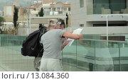 Купить «Туристы среднего возраста рассматривают карту», видеоролик № 13084360, снято 18 ноября 2015 г. (c) Владислав Корнилов / Фотобанк Лори