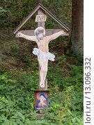 Купить «Wegkreuz aus Holz im Wald», фото № 13096332, снято 23 мая 2019 г. (c) PantherMedia / Фотобанк Лори