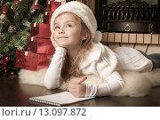 Купить «Задумчивая девочка пишет письмо Деду Морозу», фото № 13097872, снято 4 ноября 2012 г. (c) Оксана Гильман / Фотобанк Лори