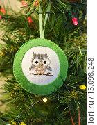 Купить «Елочная игрушка ручной работы из фетра с вышивкой  на искусственной ёлке», эксклюзивное фото № 13098248, снято 13 января 2015 г. (c) Dmitry29 / Фотобанк Лори