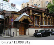 Купить «Деревянный жилой дом А. А. Пороховщикова. Староконюшенный переулок, 36, строение 1. Москва», эксклюзивное фото № 13098812, снято 2 июля 2009 г. (c) lana1501 / Фотобанк Лори