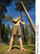 Купить «Молодой человек стоит в лесу в позе боксера», фото № 13100752, снято 13 июня 2015 г. (c) Алексей Маринченко / Фотобанк Лори