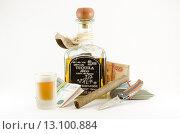 Купить «Натюрморт с бутылкой текилы, рюмкой, сигарой, ножом и деньгами», фото № 13100884, снято 22 ноября 2015 г. (c) Ивашков Александр / Фотобанк Лори