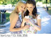 Two women texting their girlfriend. Стоковое фото, агентство Ingram Publishing / Фотобанк Лори