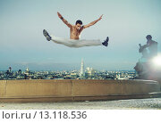 Купить «Strong muscular guy doing the splits», фото № 13118536, снято 6 сентября 2014 г. (c) Ingram Publishing / Фотобанк Лори