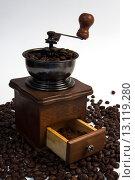 Старая кофемолка с кофе. Стоковое фото, фотограф Роман Червов / Фотобанк Лори