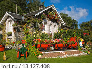 Купить «Small cottage near Luss at Loch Lomond, Scotland, United Kingdom, with the garden decorated with garden gnomes, ornaments, wooden dolls, manakins and a train with carriages made from wooden barrels», фото № 13127408, снято 26 марта 2019 г. (c) age Fotostock / Фотобанк Лори