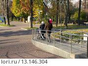 Купить «Удобный пандус для колясок. Екатерининский парк, Москва», эксклюзивное фото № 13146304, снято 31 октября 2015 г. (c) Щеголева Ольга / Фотобанк Лори