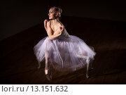 Балерина в шопенке сидит на банкетке.  Низкий ключ. Стоковое фото, фотограф Елена Троян / Фотобанк Лори