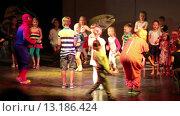 Купить «Дети повторяют движения за аниматорами, переодетым в костюмы. Отель Alf Leila Wa Leila spa (1001 Nights). Хургада, Египет», видеоролик № 13186424, снято 23 ноября 2015 г. (c) Кекяляйнен Андрей / Фотобанк Лори