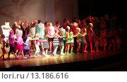 Купить «Ежедневная детская дискотека в вечернее время на сцене. Отель Alf Leila Wa Leila spa (1001 Nights). Хургада, Египет», видеоролик № 13186616, снято 23 ноября 2015 г. (c) Кекяляйнен Андрей / Фотобанк Лори