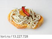 Gulas, surimi based imitation (not authentic) elvers, with garlic and chilli on white background. Стоковое фото, фотограф Juanma Aparicio / age Fotostock / Фотобанк Лори