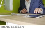 Купить «Молодой бизнесмен работае в офисе», видеоролик № 13235576, снято 24 июня 2019 г. (c) Павел Котельников / Фотобанк Лори