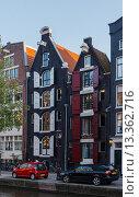 Амстердам, дома на берегу канала летним днем (2015 год). Стоковое фото, фотограф Михаил Никитин / Фотобанк Лори