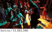Купить «Аниматоры развлекают детей на территории отеля. Ежедневная дискотека. Хургада, Египет», видеоролик № 13383340, снято 24 ноября 2015 г. (c) Кекяляйнен Андрей / Фотобанк Лори
