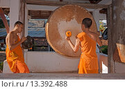 Купить «Laotian Hinayana monks beat a drum as part of their Buddhist ritual in the former French Provincial town of LUANG PROBANG _ LAOS», фото № 13392488, снято 20 июля 2019 г. (c) age Fotostock / Фотобанк Лори
