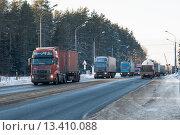 Купить «Движение грузовых автомобилей по автотрассе», фото № 13410088, снято 13 февраля 2012 г. (c) Михаил Михин / Фотобанк Лори