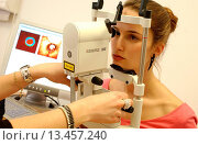 Купить «A patient undergoes eye examination with a new digital diagnostic technique : the HRT2 using the Confocal SLO technique Scanning Laser Ophthalmoscope....», фото № 13457240, снято 14 декабря 2017 г. (c) age Fotostock / Фотобанк Лори
