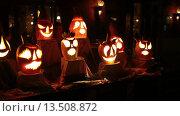 Купить «Светящиеся в темноте рожицы вырезанные в тыквах. Праздник Хеллоуин», видеоролик № 13508872, снято 25 ноября 2015 г. (c) Кекяляйнен Андрей / Фотобанк Лори