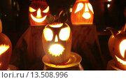 Купить «Тыквы с подсветкой изнутри на столе в ночь во время празднования Хеллоуина», видеоролик № 13508996, снято 25 ноября 2015 г. (c) Кекяляйнен Андрей / Фотобанк Лори
