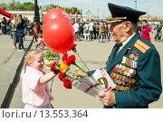 Купить «Девочка дарит цветы ветерану. 9 мая 2015 года», эксклюзивное фото № 13553364, снято 9 мая 2015 г. (c) Михаил Ворожцов / Фотобанк Лори